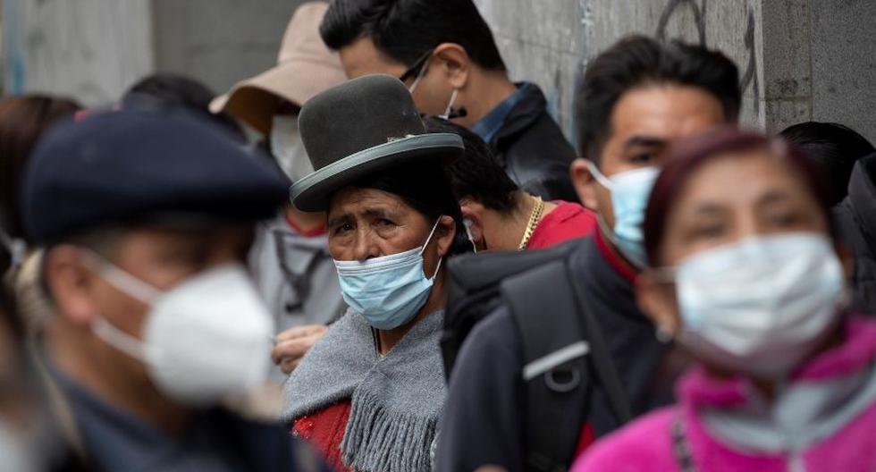 Ciudadanos bolivianos hicieron fila el jueves en para sacar pasaporte en La Paz por si hay conflictos postelectorales en Bolivia. (Foto: EFE / Joédson Alves)