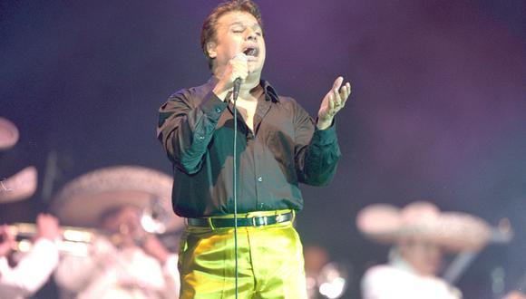 Juan Gabriel cantando durante su concierto en el Jockey Plaza. Lima, 14/02/2002 (GEC Archivo)