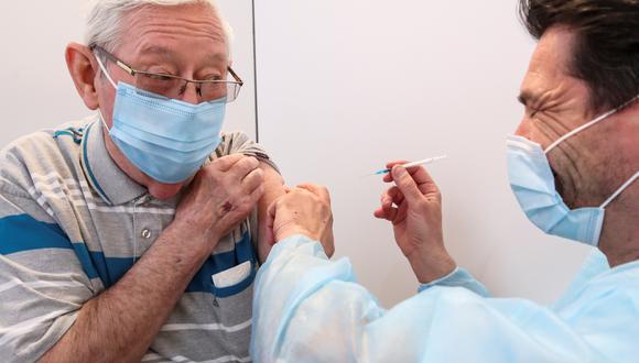 Una persona de tercera edad recibiendo la dosis de la vacuna Oxford/AstraZeneca contra el coronavirus en Bierset, Bélgica. (Foto: Reuters)