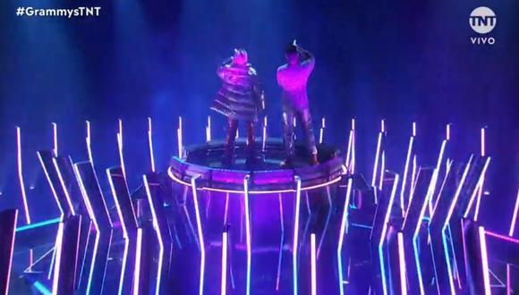 """Bad Bunny interpretó """"Dákiti"""" en los Grammy al lado de su colega Jhay Cortez. (Foto: Captura TNT)."""