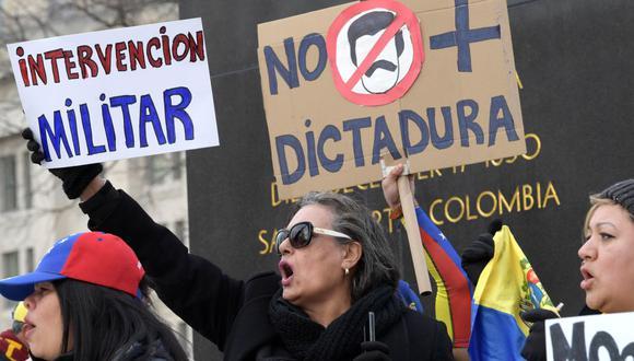 Varias personas sostienen pancartas en contra del Gobierno del presidente de Venezuela, Nicolás Maduro, durante una manifestación de venezolanos convocada por el colectivo Voluntad Popular, este miércoles, en la plaza Simón Bolívar, en Washington (EE.UU.). (Foto: Archivo /EFE/Lenin Nolly).