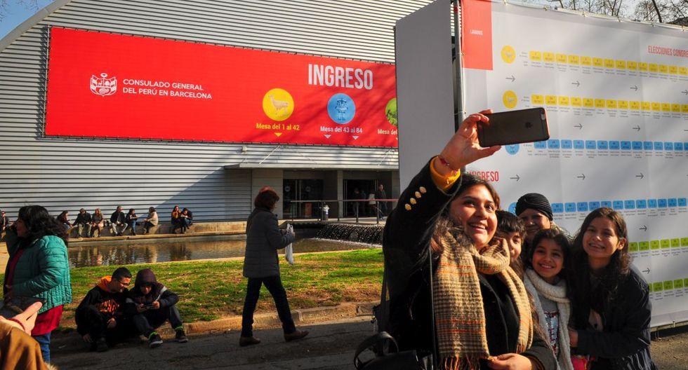 Peruanos se reúnen en los exteriores de los locales de votación. (Foto: Asli Yarimoglu)