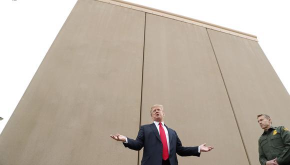 Donald Trump durante un recorrido por los prototipos del muro fronterizo México-Estados Unidos en San Diego, California, el 13 de marzo de 2018. (REUTERS / Kevin Lamarque).