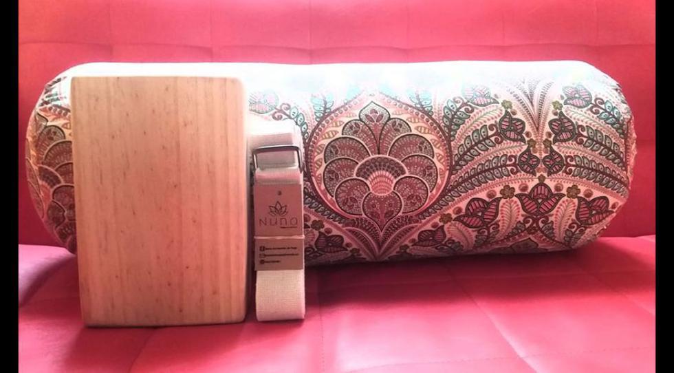 Pack de cojín bolster hechos de tela de drill algodon con funda interna y rellenos de algodón, mas un bloque hecho en madera de pino y tapaojos (o cuerda de estiramiento) por 150 soles. De venta en la página de Facebook de Nuna, accesorios para yoga, o al teléfono 966920087.