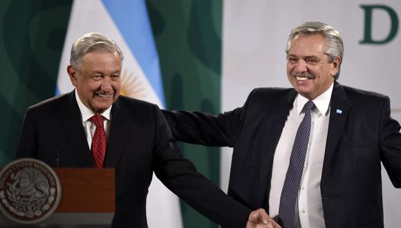 El presidente de México, Andrés Manuel López Obrador (izq.), y su homólogo de Argentina, Alberto Fernández, hacen un gesto mientras se preparan para ofrecer una conferencia de prensa conjunta. (Foto de ALFREDO ESTRELLA / AFP).