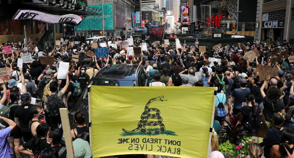 Los manifestantes durante una protesta en el Times Square contra la desigualdad racial después de la muerte en la custodia policial de George Floyd en Minneapolis, en Nueva York. (Foto: REUTERS / Jeenah Moon).