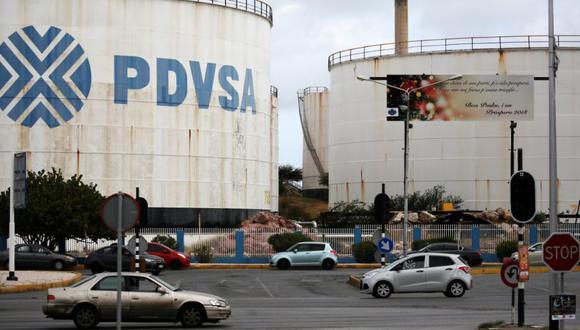 El logotipo de la compañía petrolera venezolana PDVSA se ve en un tanque en la refinería Isla en Willemstad en la isla de Curazao. (Foto: REUTERS / Andres Martinez Casares / archivo).