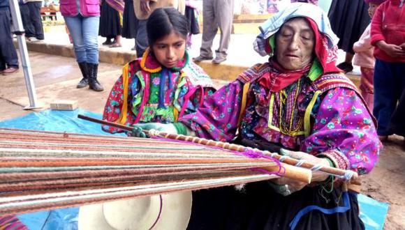 Momento preciso de la transmisión de experiencia. Segunda Purihuamán Manayay, de 67 años, comparte secretos del telar con una niña en su tierra, el distrito lambayecano de Incahuasi. (Foto: Pensión 65)