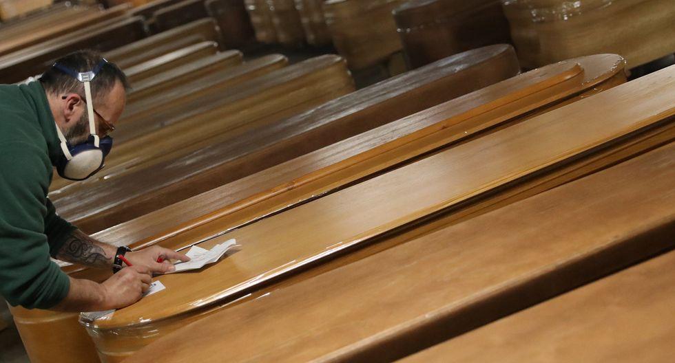 Un trabajador de una funeraria revisa los ataúdes, la mayoría de víctimas de coronavirus en Barcelona, España, 2 de abril de 2020. Foto: REUTERS / Nacho Doce
