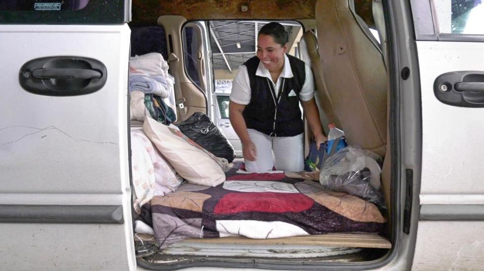 """Silvia Rosas Saucedo, enfermera que atiende en el hospital público de México, decidió acondicionar su camioneta y convertirla en su """"casa"""" de manera temporal durante la pandemia. (Foto: ElCincoMX)"""
