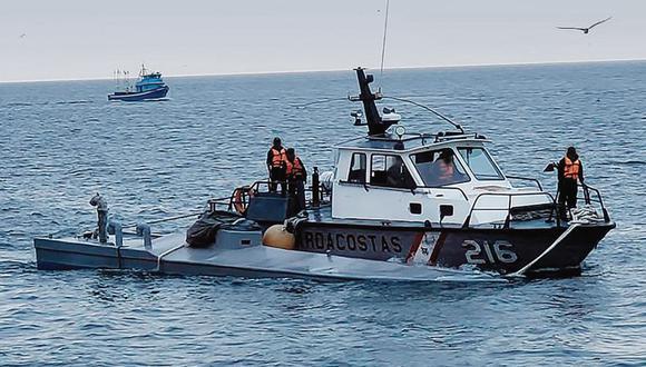 La Marina de Guerra del Perú incautó esta semana en el Mar de Grau, en la región Piura, un submarino que trasladaba al menos dos toneladas de una sustancia que al parecer sería cocaína e intervino a cuatro personas que estarían implicadas en el presunto delito de tráfico de drogas. (Foto: Marina de guerra)