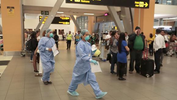 El personal del Minsa llegó ayer al sector de salidas internacionales del Jorge Chávez para revisar a los pasajeros. (Hugo Pérez / GEC)