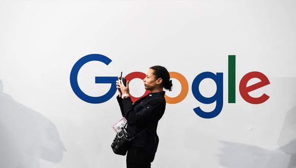 Una mujer frente al logo de Google en un edificio de París. (Foto: ALAIN JOCARD / AFP)