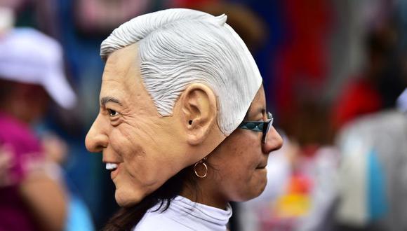 Partidarios de AMLO usan máscaras de su candidato para las elecciones en México que se celebran este domingo. (Foto: AFP/Pedro Pardo)