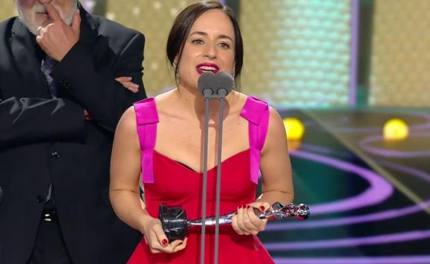 """Maite Alberdi recibe el segundo premio para """"El agente topo"""" en los Premios Platino 2021."""
