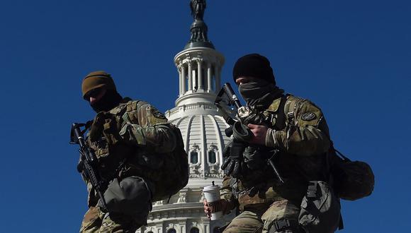 Soldados de la Guardia Nacional de Estados Unidos patrullan la zona del Capitolio el 5 de marzo de 2021. (OLIVIER DOULIERY / AFP).