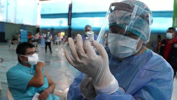 Los establecimientos de salud, de categoría I-3 y I-4, operarán como centros de vacunación en horarios regulares. (Foto: AP)