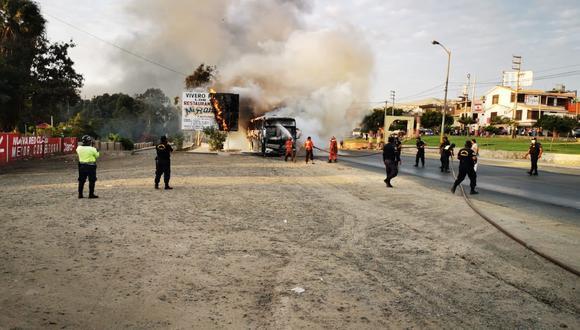 Áncash: ómnibus fue consumido por el fuego en plena Panamericana Norte (Foto difusión)
