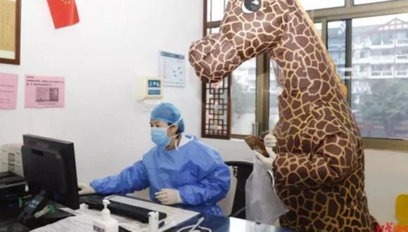 La mujer, aparte del disfraz de jirafa, cuenta con uno de un alien. (Foto Difusión)