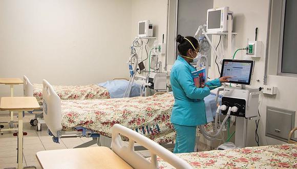 Algunos hospitales han colapsado debido a que no cuentan con más ambientes para atender a pacientes con COVID-19.