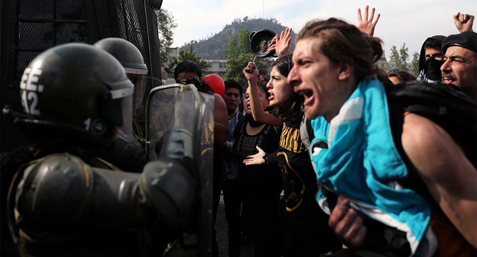 Manifestantes se enfrentan a los soldados durante una protesta contra el aumento de los precios del metro en Santiago, Chile. (REUTERS/Ivan Alvarado).