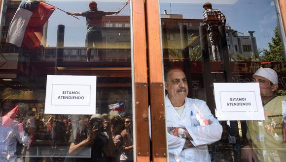 """No solo el hotelero, el sector gastronómico en general también se ve afectado por la situación en Chile. """"No ha sido un buen año, los restaurantes ya venían con disminución en sus ventas. Esto es una estocada más feroz aun"""", señala la periodista Ana Rivero. (Foto: Getty Images)"""