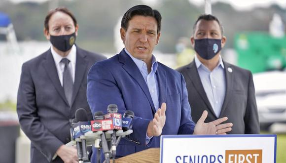 El gobernador de Florida, Ron DeSantis, habla con los medios de comunicación en un sitio de vacunación contra el coronavirus en Lakewood Ranch en Bradenton, Florida. (Foto: AP/ Chris O'Meara)