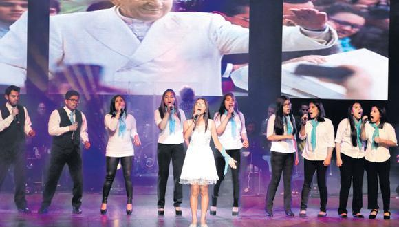 Jóvenes intérpretes del tema ganador, elegido entre 381 melodías, se presentaron en el Teatro Municipal. (Foto: Felix Ingaruca / El Comercio)