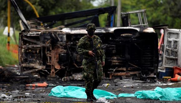 Un militar recorre una zona donde se produjeron manifestaciones y enfrentamientos en Yumbo, Colombia. (EFE/ Ernesto Guzmán Jr).
