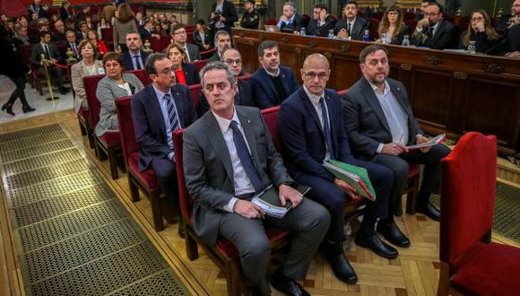 Los ex líderes separatistas catalanes Oriol Junqueras, Raul Romeva, Joaquim Forn (no electo), Jordi Sanchez, Jordi Turull y Josep Rull, entre otros, asisten a su juicio en la Corte Suprema. (Foto: AFP)