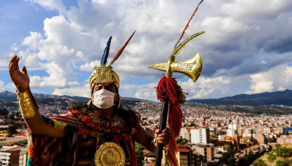 Tapara Mamani, con traje de inca y mascarilla, bendice al Cusco desde lo alto de la ciudad. En sus ofrendas a los dioses pide que se venza al virus, que termine la cuarentena y que todos puedan sobrevivir. (Foto: Melissa Valdivia)