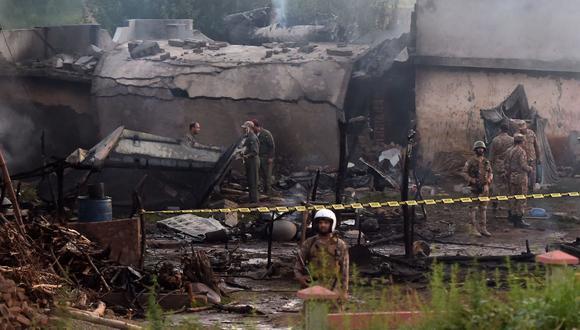 Cinco soldados, incluyendo dos pilotos del ejército, y cuando menos 12 civiles murieron, señalaron las fuerzas armadas paquistaníes en un comunicado. (AFP)