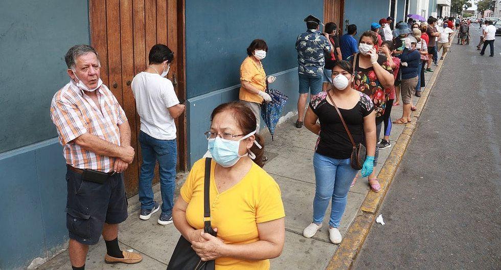 En los exteriores de los bancos en el Centro Histórico de Trujillo se vive un total descontrol (FOTOS)