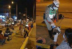 Piura: policías reparten alimentos a familiares de pacientes con COVID-19 que permanecían en frontis de hospital