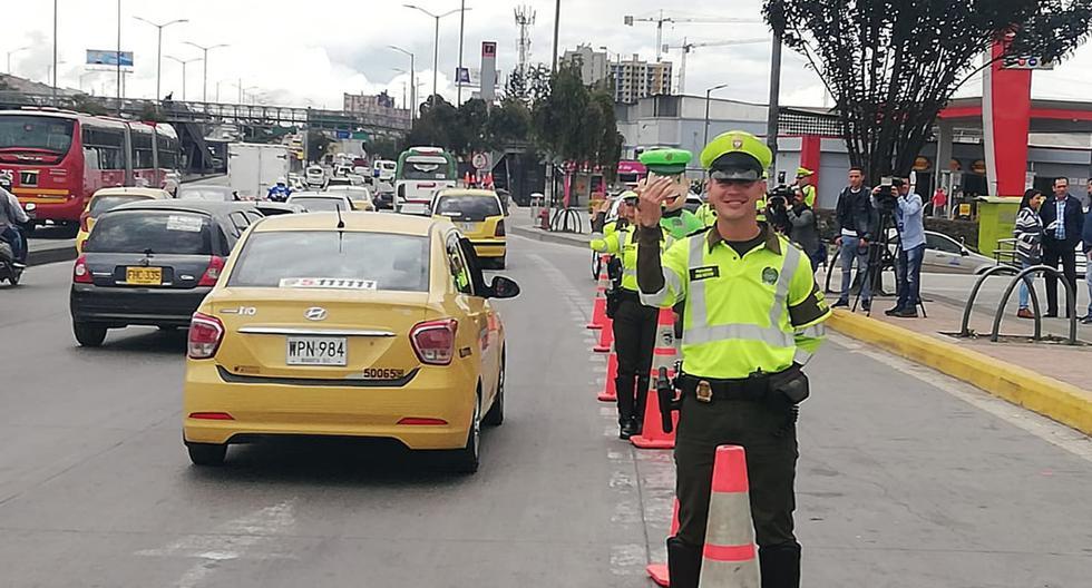 La policía de tránsito colombiana impone multas a los conductores que no cumplen el Pico y Placa. (Foto: Twitter @TransitoBta)