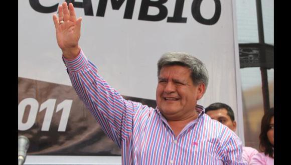 Acuña presentó a candidatos de su partido en un mitin en Lima