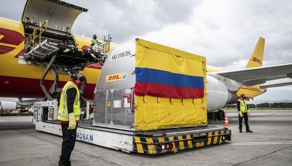 Colombia recibió el lunes 50.000 vacunas contra el coronavirus de Pfizer. (Foto: AFP/EFRAIN HERRERA).