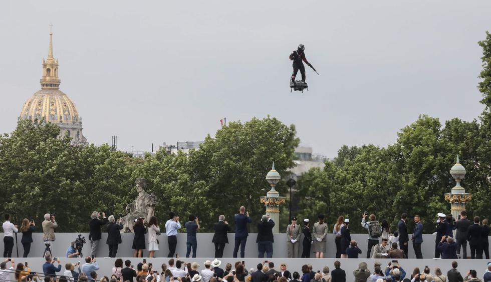 Francia sorprendió al mundo este domingo al presentar su poderoso despliegue de armamento, aviones, helicópteros y un increíble soldado que sobrevoló París durante el Día de la Bastilla. (Foto: AFP)