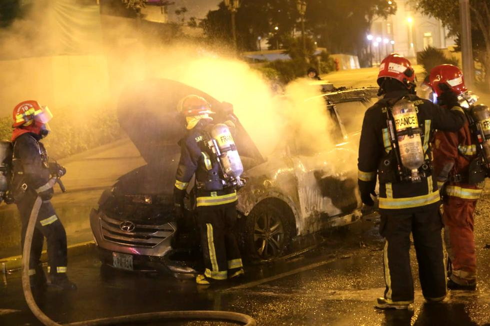 Un patrullero de la comisaría de Alfonso Ugarte terminó calcinado luego que se incendiara por un posible corto circuito. Foto: César Grados / @photo.gec