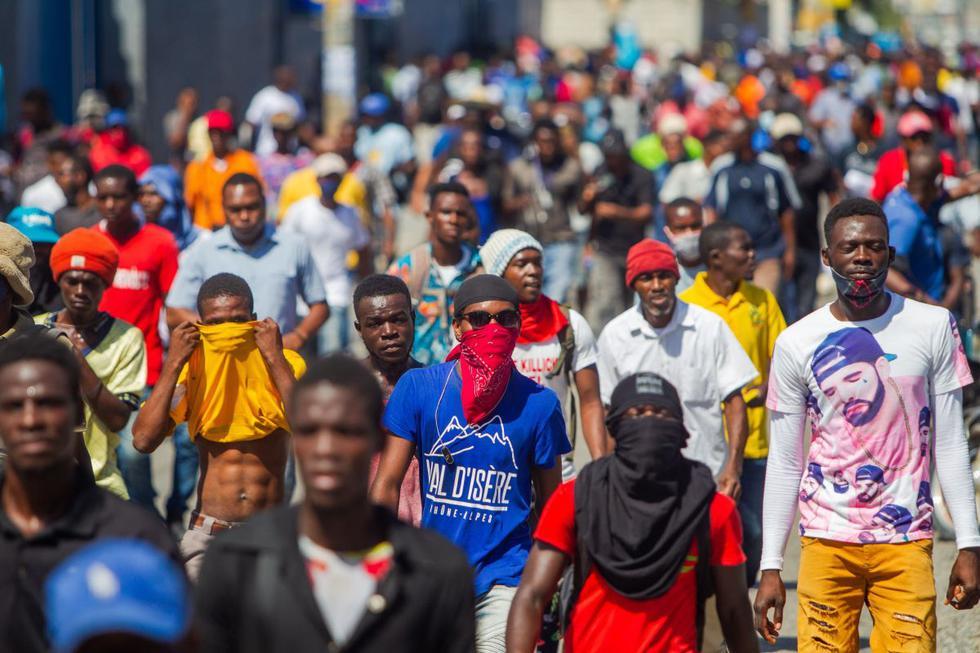 Centenares de personas se manifiestan en una protesta antigubernamental, en Puerto Príncipe. (EFE/Jean Marc Hervé Abelard).