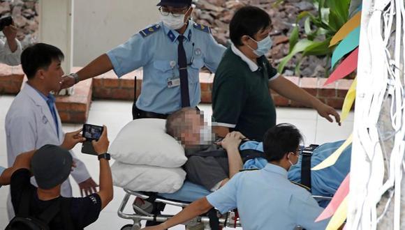 El piloto británico Stephen Cameron sale del hospital al aeropuerto para abandonar Vietnam, luego de recuperarse del coronavirus. (EFE / EPA / STR).