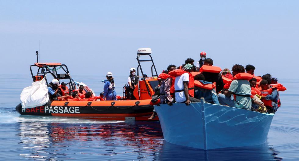 Vista de un rescate realizado el sábado por Médicos Sin Fronteras (MSF) de 93 personas a bordo de una embarcación en peligro. En menos de 48 horas, los equipos del Geo Barents, el barco de rescate de MSF, llevó a cabo 7 rescates. (Foto: EFE/MSF/Avra Fialas)