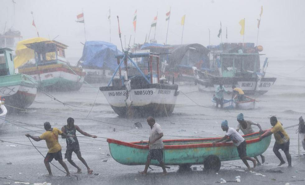 Los pescadores intentan trasladar un barco pesquero a un terreno más seguro en la costa del Mar Arábigo en Mumbai, India, el lunes 17 de mayo de 2021. (Foto AP / Rafiq Maqbool)
