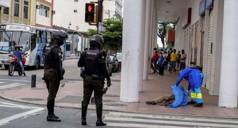 En la ciudad de Guayaquil, la más afectada por contagios del coronavirus en Ecuador, se reportan muertes en barrios populares y zonas turísticas. En la imagen, un paramédico cubre el cadáver de un hombre que se había derrumbado en la acera el último 30 de marzo. (Foto: Reuters)