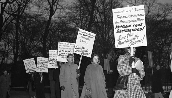 En esta imagen de 1951, manifestantes marchan en Washington para detener las ejecuciones de siete hombres en Virginia, Estados Unidos. (Foto: AP).