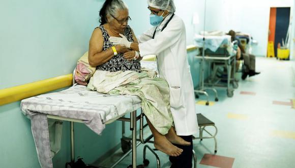 El enorme éxodo venezolano ha hecho que el personal de salud abandone su país, lo que agravó la crisis de salud pública. (Foto: Reuters)