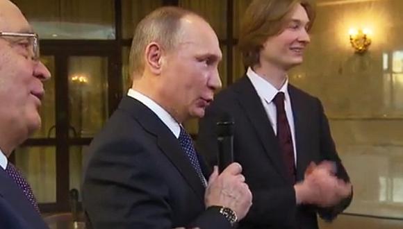 Putin canta con universitarios acompañado de guitarra [VIDEO]