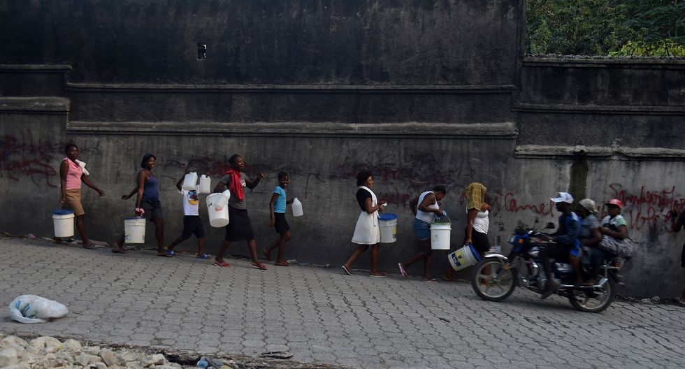 Haitianos salen en busca de comida y agua en medio de tensión política. Foto: AFP