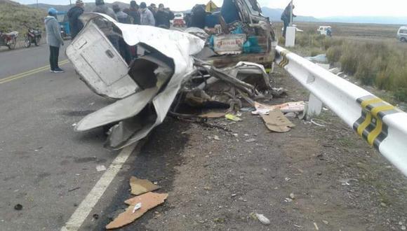 Dos vehículos colisionaron frontalmente en la ruta Desaguadero-Ilo en la noche del lunes. Según las primeras indagaciones, unos de los conductores invadió el carril contrario (Foto: cortesía)