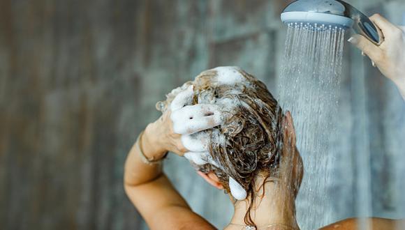 Juan Diego Teo, especialista en belleza, recomienda lavarse el cabello con agua tibia porque si está demasiado caliente puede alterar la piel del cuero cabelludo. (Getty Images)
